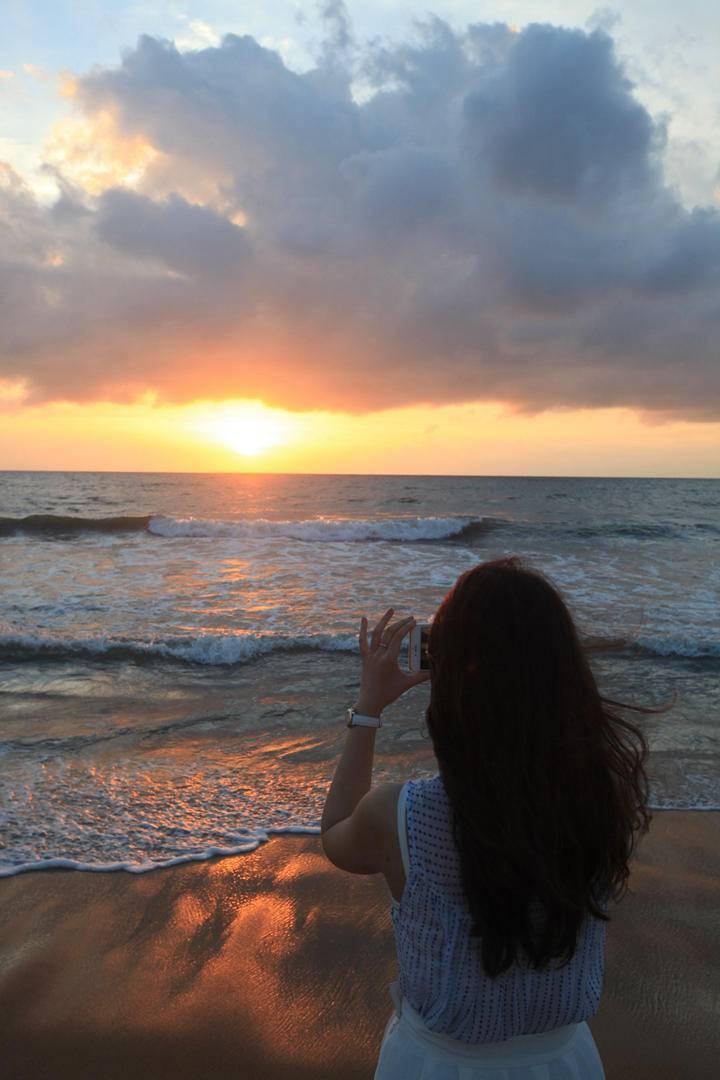 9. 尼甘部印度洋日落,月亮同学的背影.jpg