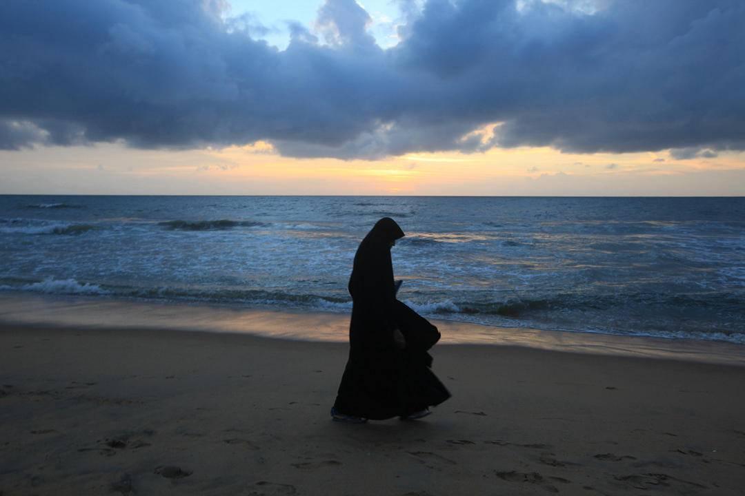 9.夕阳下的穆斯林,请PS锐化调色,曝光等,这张可以PS到很美,我没时间搞勒,谢谢.jpg.jpg