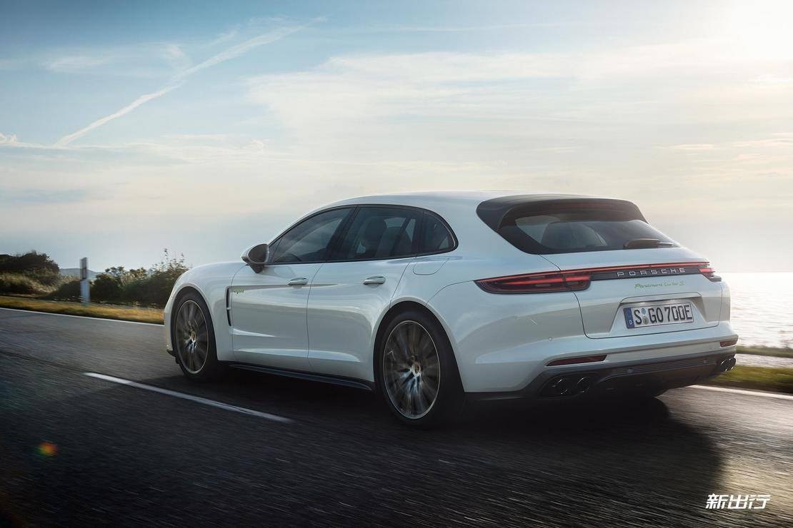 2018-Panamera-Turbo-S-E-Hybrid-Sport-Turismo-Moving.jpg