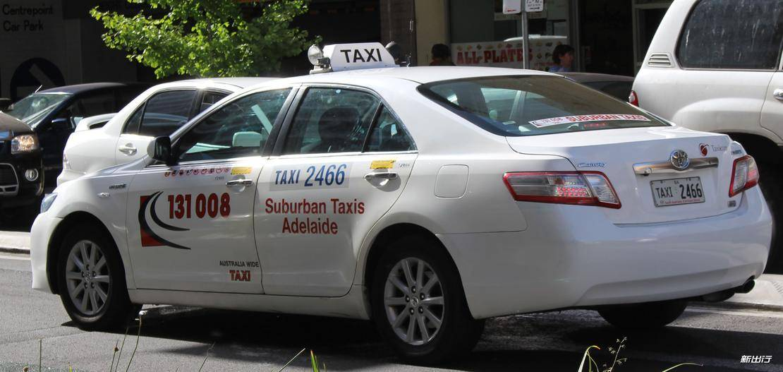 2010_Toyota_Hybrid_Camry_(AHV40R_MY10)_sedan,_Suburban_Taxis_Adelaide_(2014-12-18).jpg