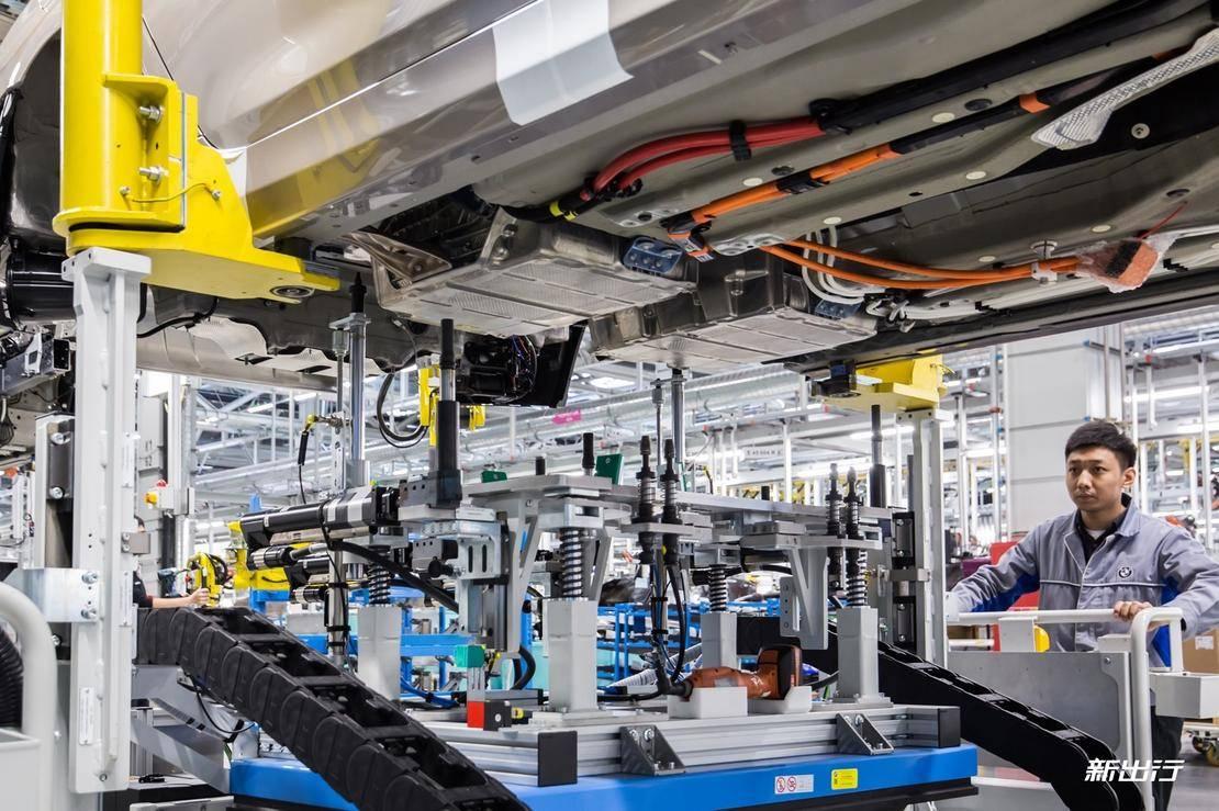 4. 柔性生产线上混合动力车型高压电池安装2.jpg