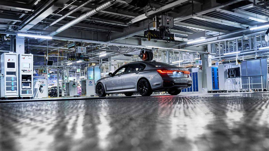 2020-bmw-7-series-facelift-production-at-dingolfing-factory (2).jpg