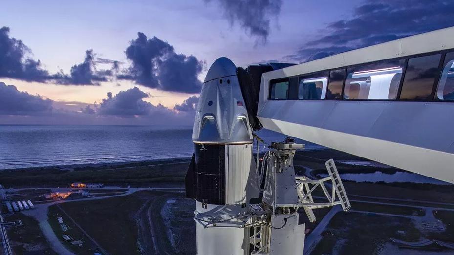 首个商业载人航天飞船发射成功 距离火星殖民还远吗?